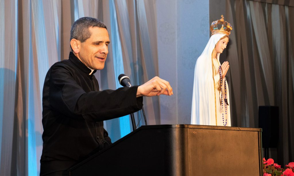 Vídeo da Conferência do Pe. Michael Rodríguez: Como deixei a nova missa e encontrei a tradição